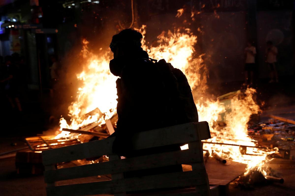 Hong Kong betogings om die lughawe na die nag van geweld te teiken