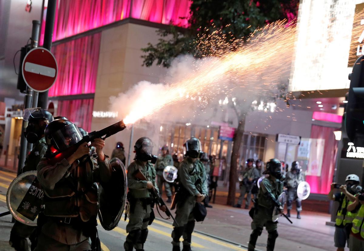 Die polisie in Hongkong skiet traangas uit terwyl botsings ontstaan nadat duisende mense 'n beroep op Trump gedoen het