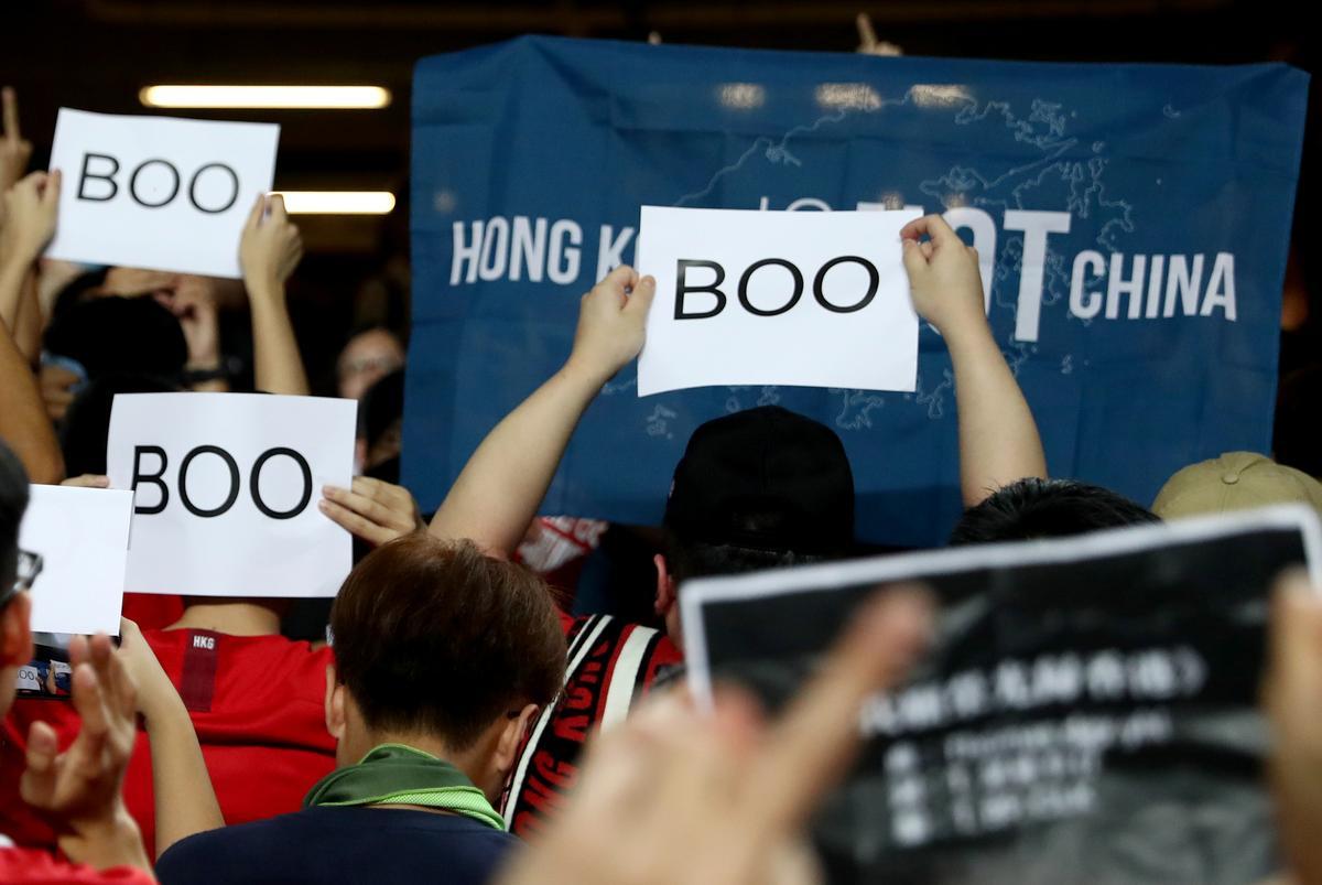 Betogers in Hong Kong boo die Chinese volkslied, want leier waarsku teen inmenging