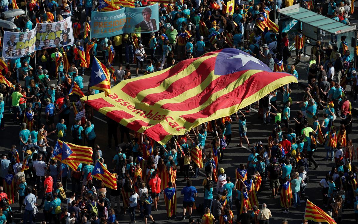 Verdeelde Katalaanse separatiste marsjeer na onafhanklikheid