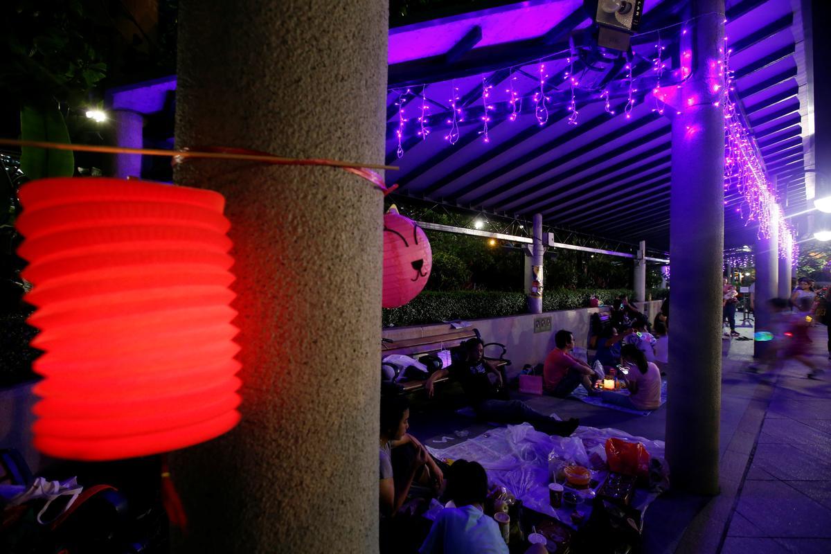 Midde-herfsfees-lantern protesteer om Hong Kong aan te lig