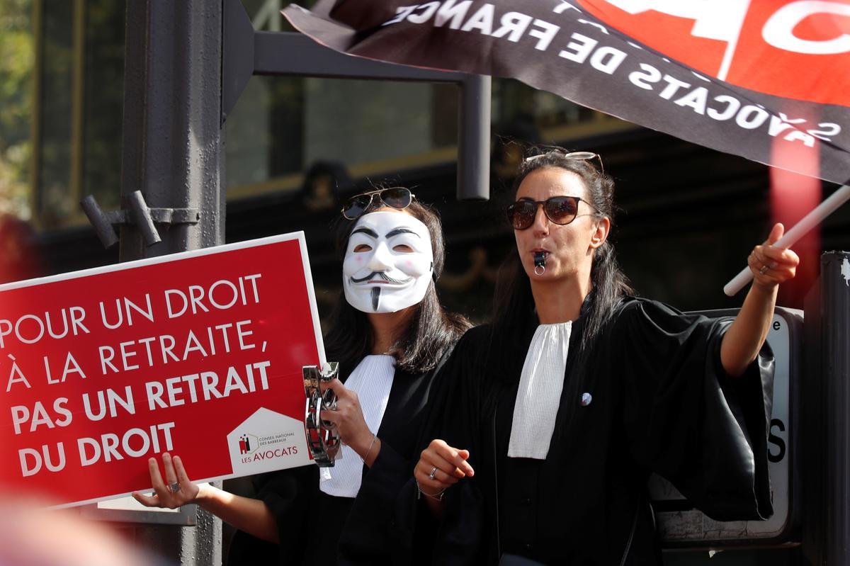 Dokters, advokate en vlieëniers protesteer in Parys oor pensioenhervormings