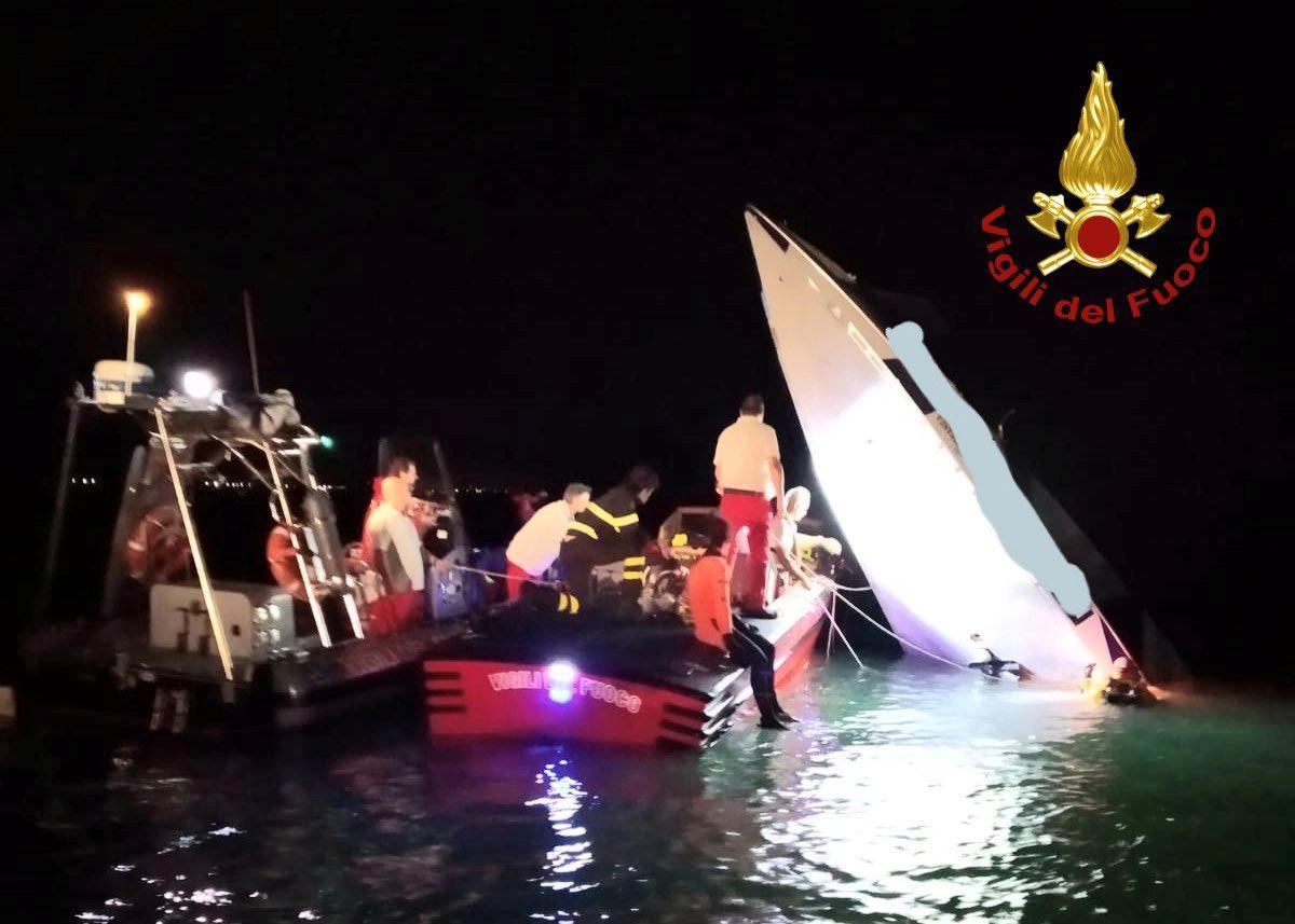 Motorboot neerstort in die strandmeer in Venesië en vermoor drie