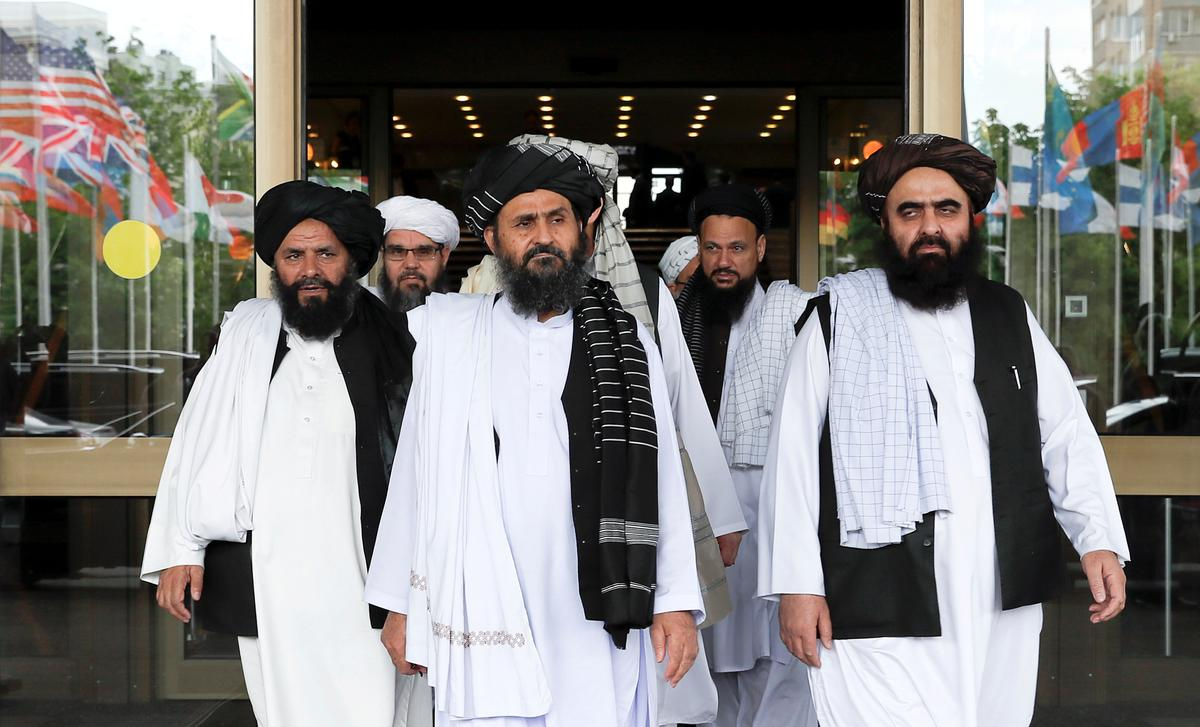 Selfmoordbomaanvaller en gewapende mans het die owerheid in die oostelike Afghanistan getref
