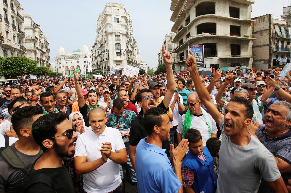 Algeriërs het hul eerste protesoptog sedert die verkiesing oproep