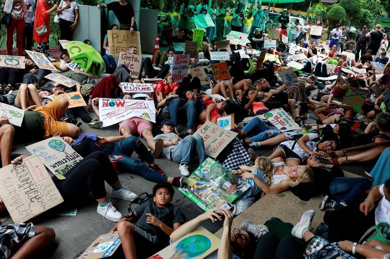 Activista ambiental se hace el muerto al participar en una huelga climática global cerca de la oficina del Ministerio de Recursos Naturales y Medio Ambiente en Bangkok, Tailandia, el 20 de septiembre. REUTERS / Soe Zeya Tun