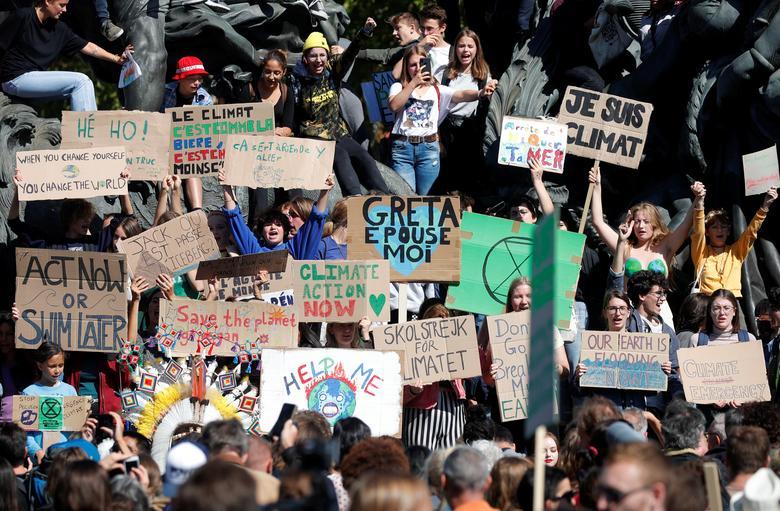 Los estudiantes sostienen pancartas mientras participan en la protesta de acción de cambio climático los viernes por el futuro en París, Francia, el 20 de septiembre. REUTERS / Charles Platiau