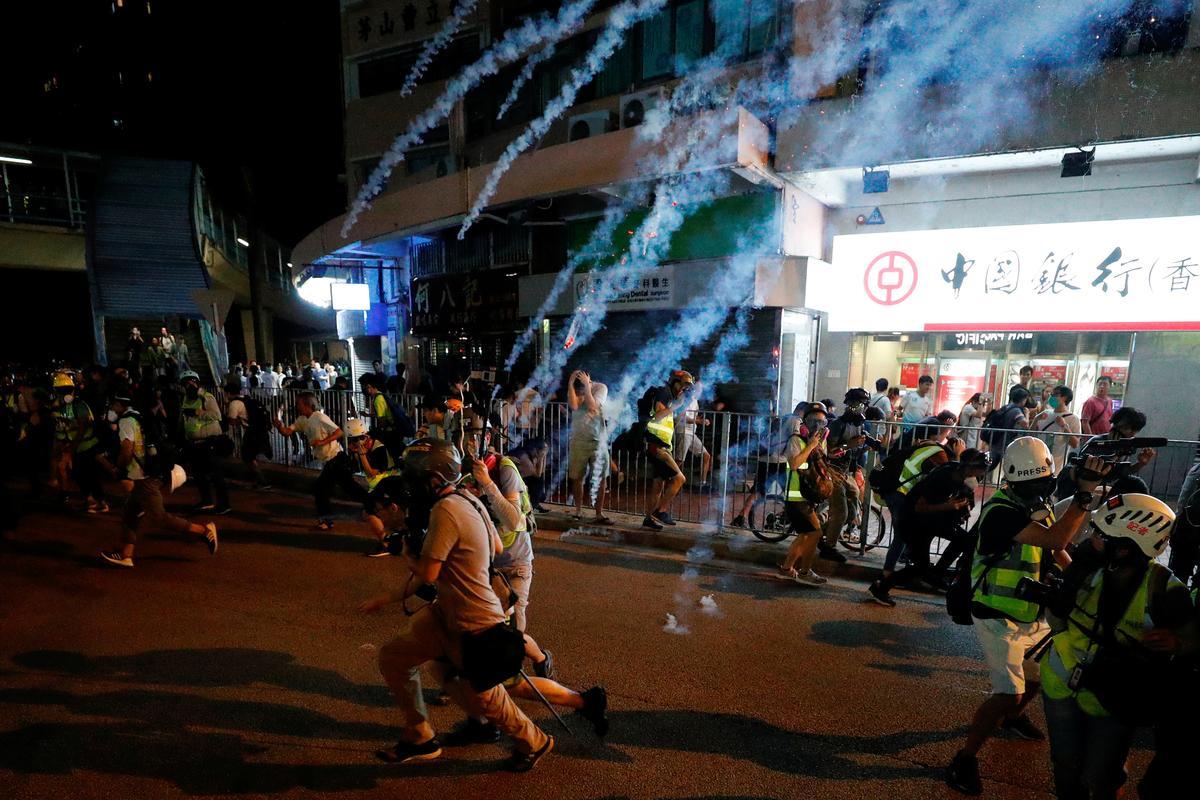 Betogings in Hong Kong wys op gewelddadige botsings in verskeie dorpe