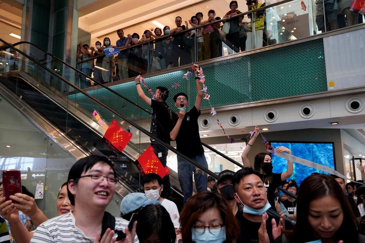 Hong Kong-polisie stormsentrum nadat betogers spoorwegstasie verwoes het