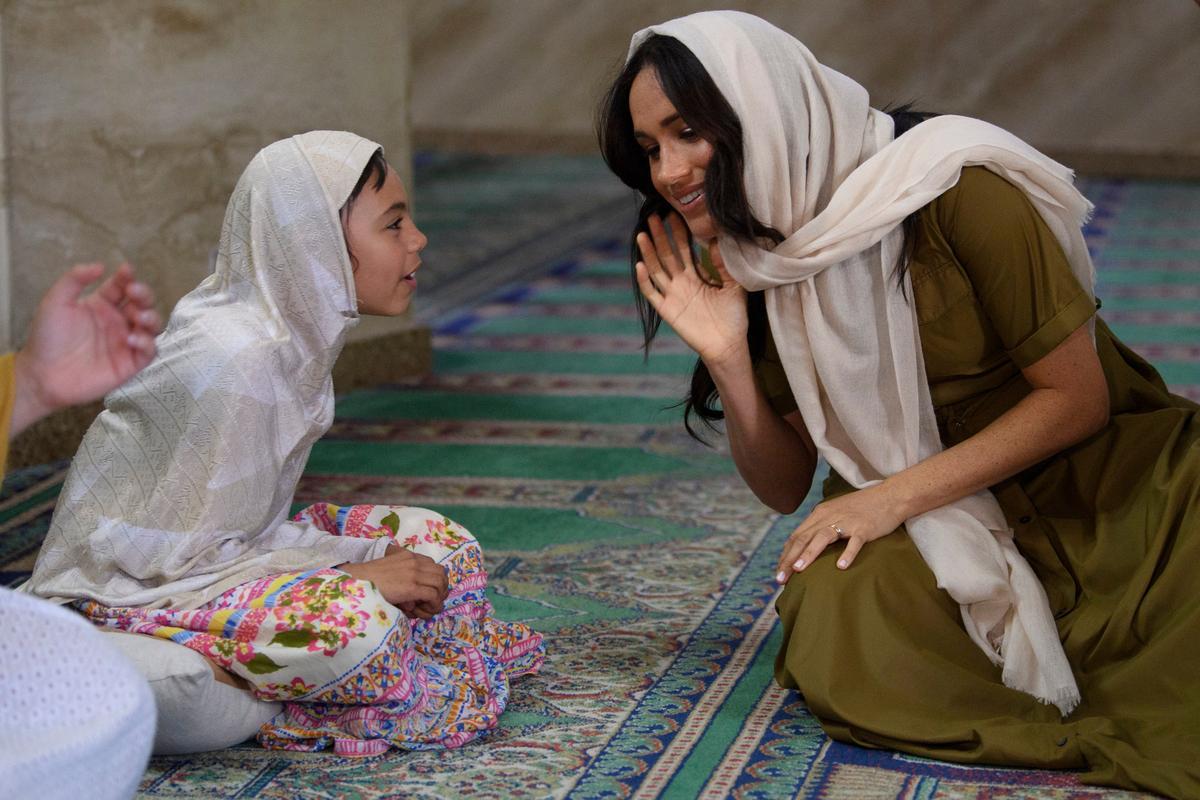 Harry en Meghan dans saam met jeugmentors, besoek die moskee in Kaapstad