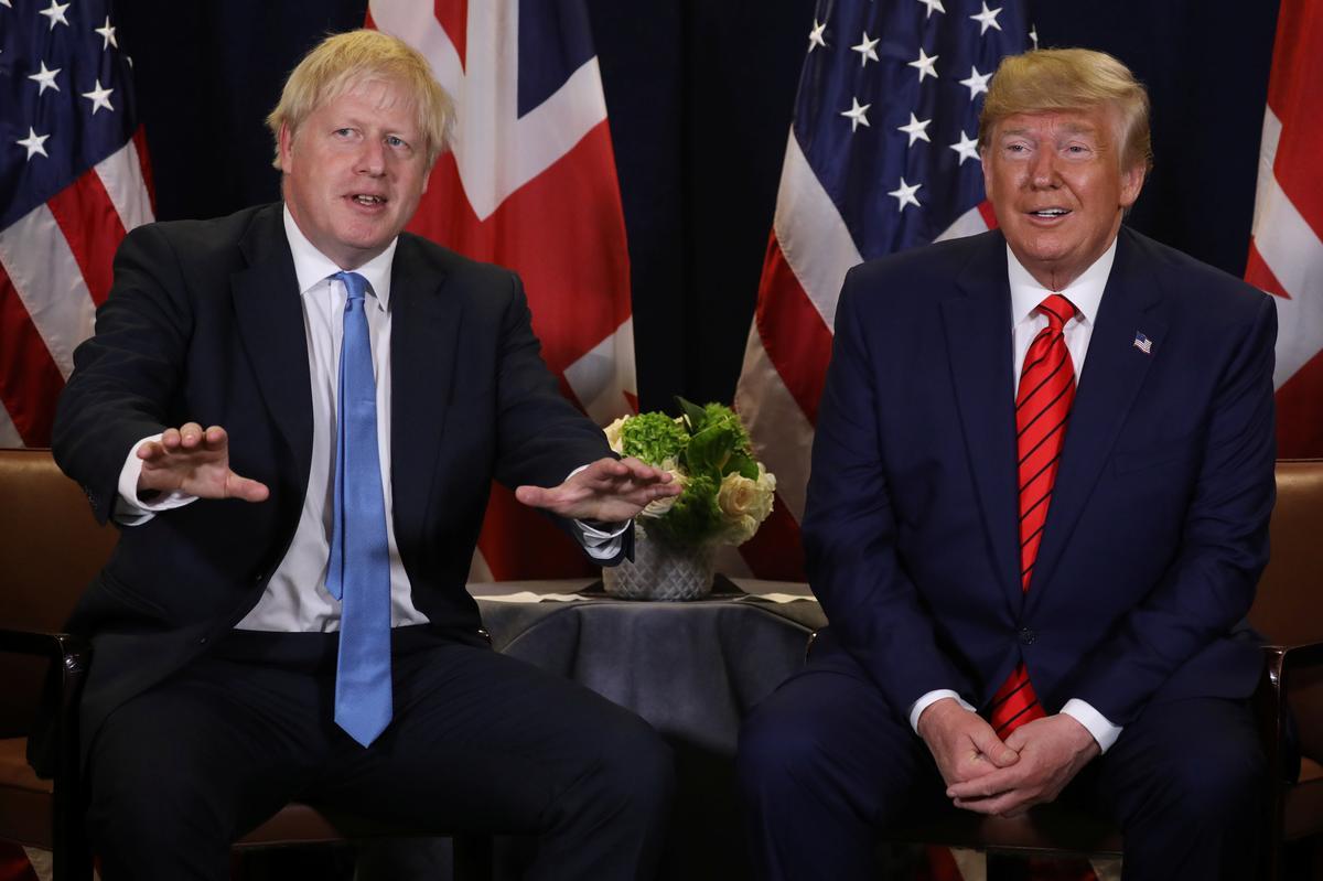 Moet die Britse premier Johnson bedank? Trump sê: 'hy gaan nêrens heen nie'
