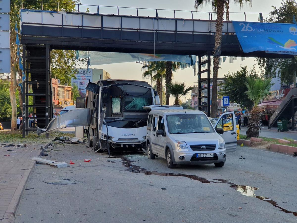 Bomontploffing tref polisiebusse in die suide van Turkye, vyf gewond: goewerneur