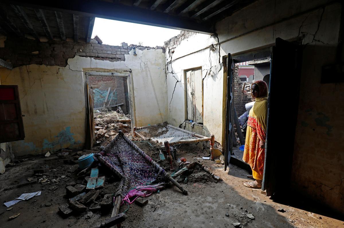Die dodetal styg tot 37 in die aardbewing in Pakistan, namate families geliefdes begrawe