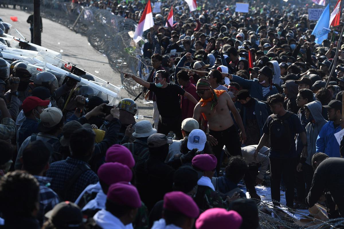 President van Indonesië dring aan op polisiebeperking na die dood van studenteprotesteerders