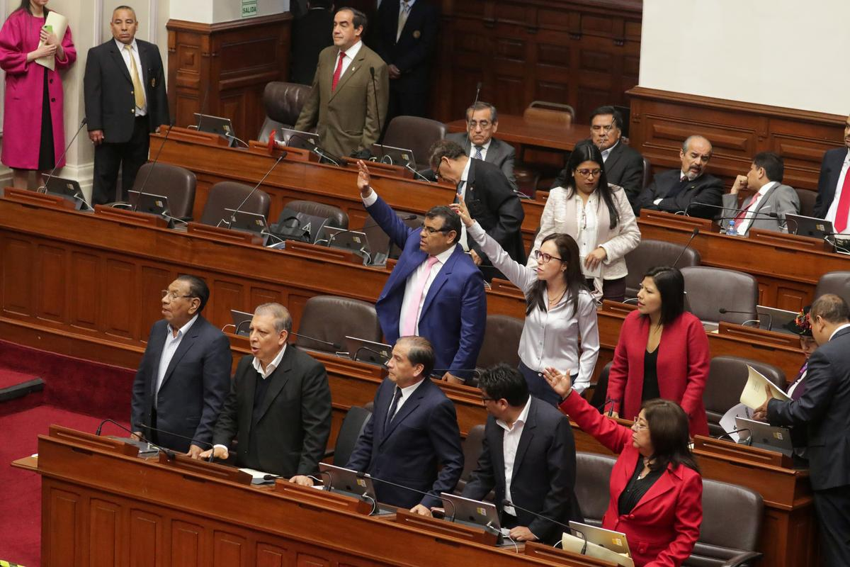 Peru se Vizcarra sluit die kongres, maar rebelle-wetgewers weier om te vertrek