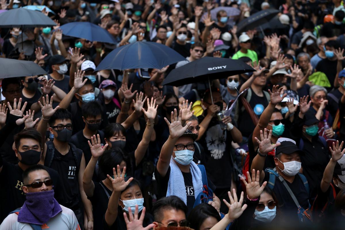Betogers oorstroom die strate van Hong Kong op die verjaardag van die Kommunistiese China