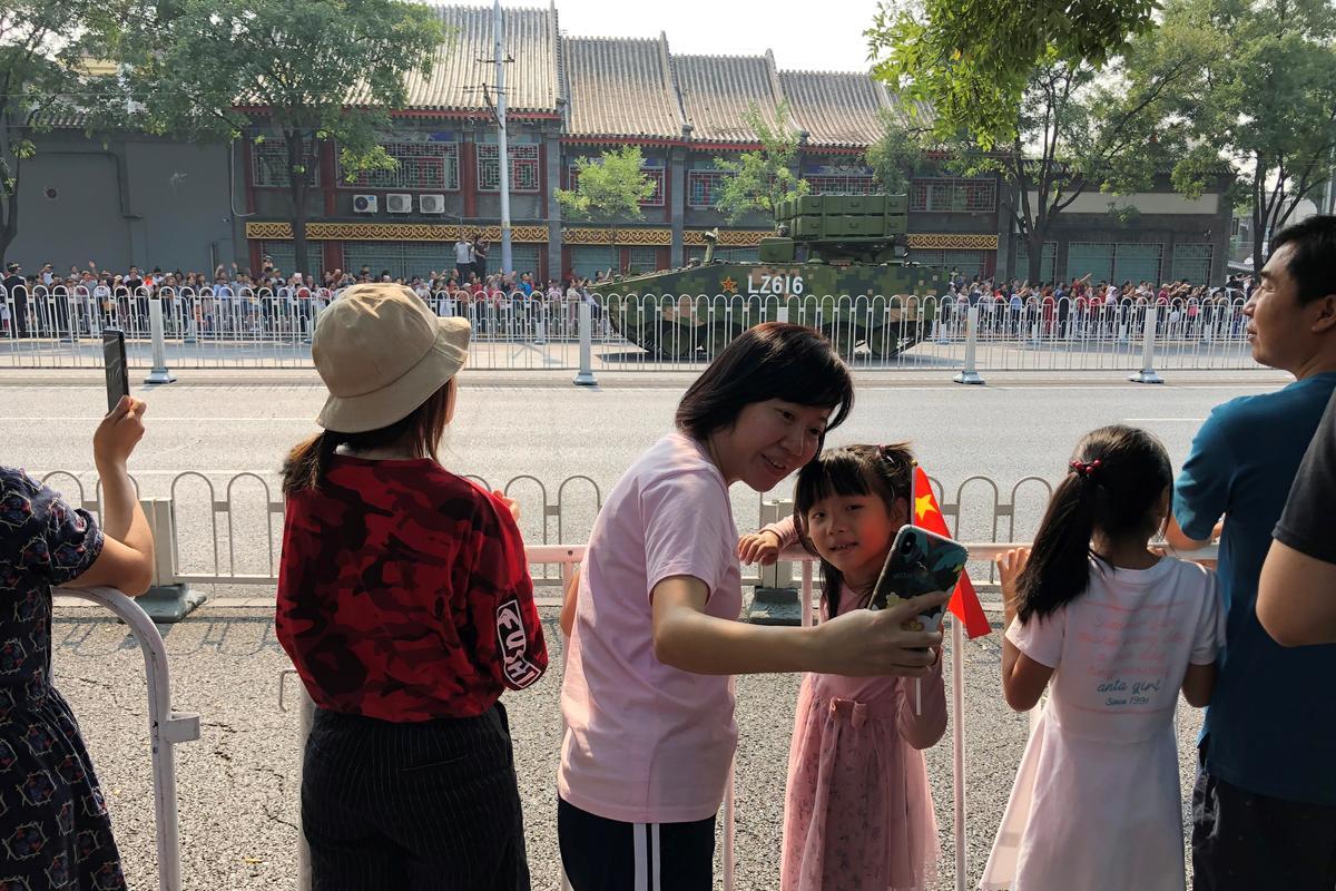 Trane terwyl China se militêre extravaganza patriotiese passie wek