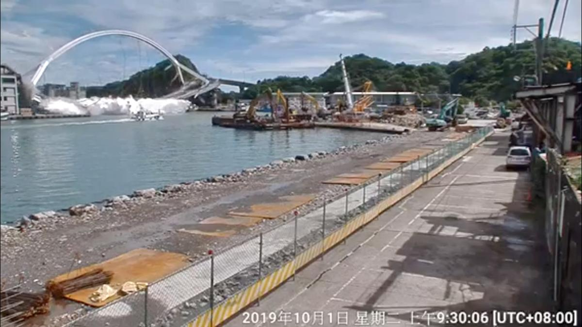 Taiwan duikers soek 'n vasgekeerde visserman na vyf ineenstorting van die brug