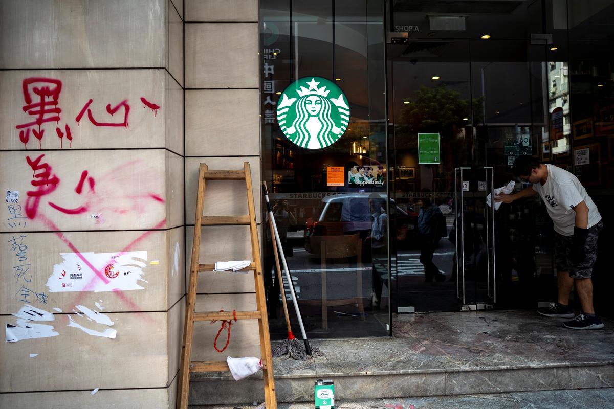 Vastelandsbanke, pro-Beijing-ondernemings wat in Hongkong betrap is, protesteer kruishare
