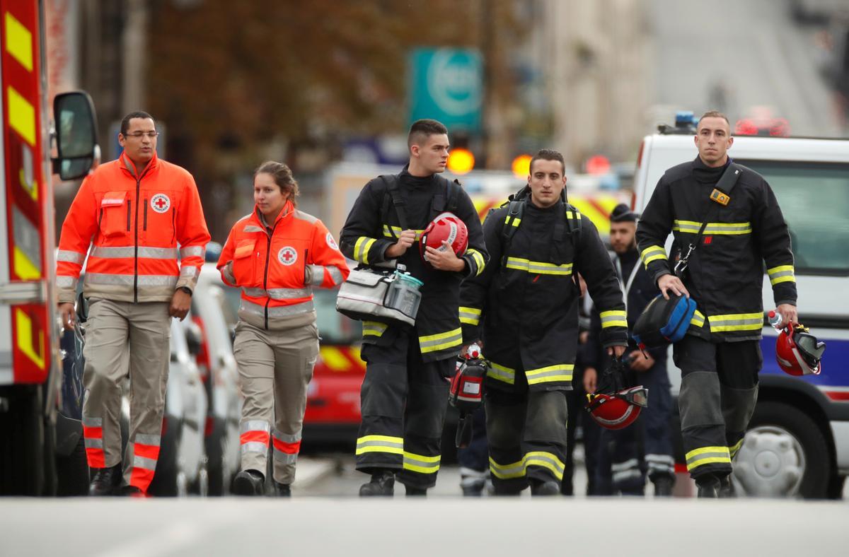 Die polisie-medewerker in Parys steek vier mans dood met die geweld voor hy doodgeskiet is