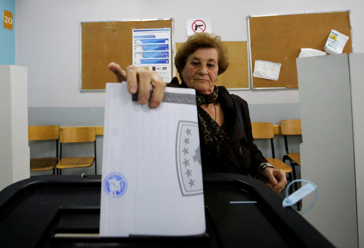 Kiesers in Kosovo stroom in die parlementêre peiling na opposisiepartye
