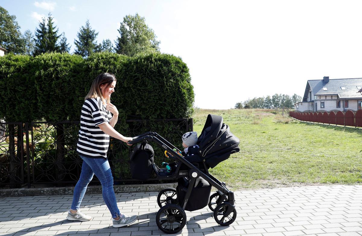 Pole se regerende regse party banke op kindersubsidie om verkiesing te wen