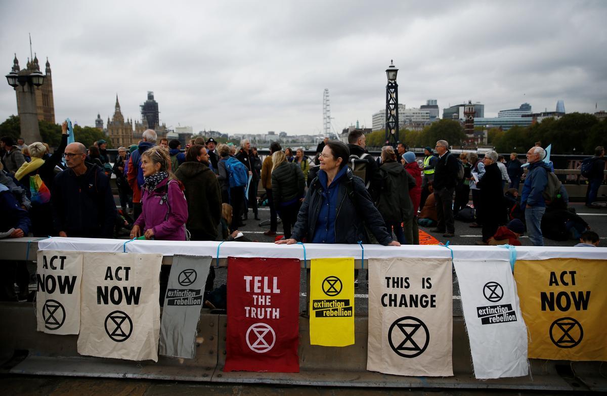 Die polisie in Londen arresteer 21 betogers teen klimaatsverandering sodra massa-aksie begin