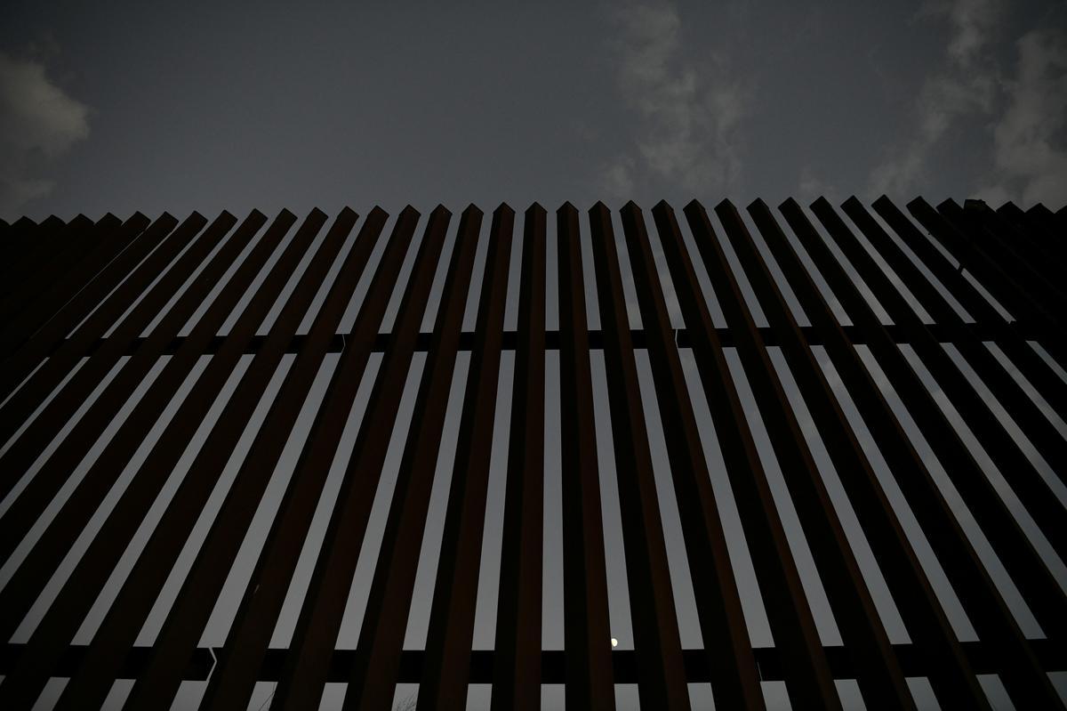Die grense van die VSA en Mexiko val weer in September, maar bly hoog