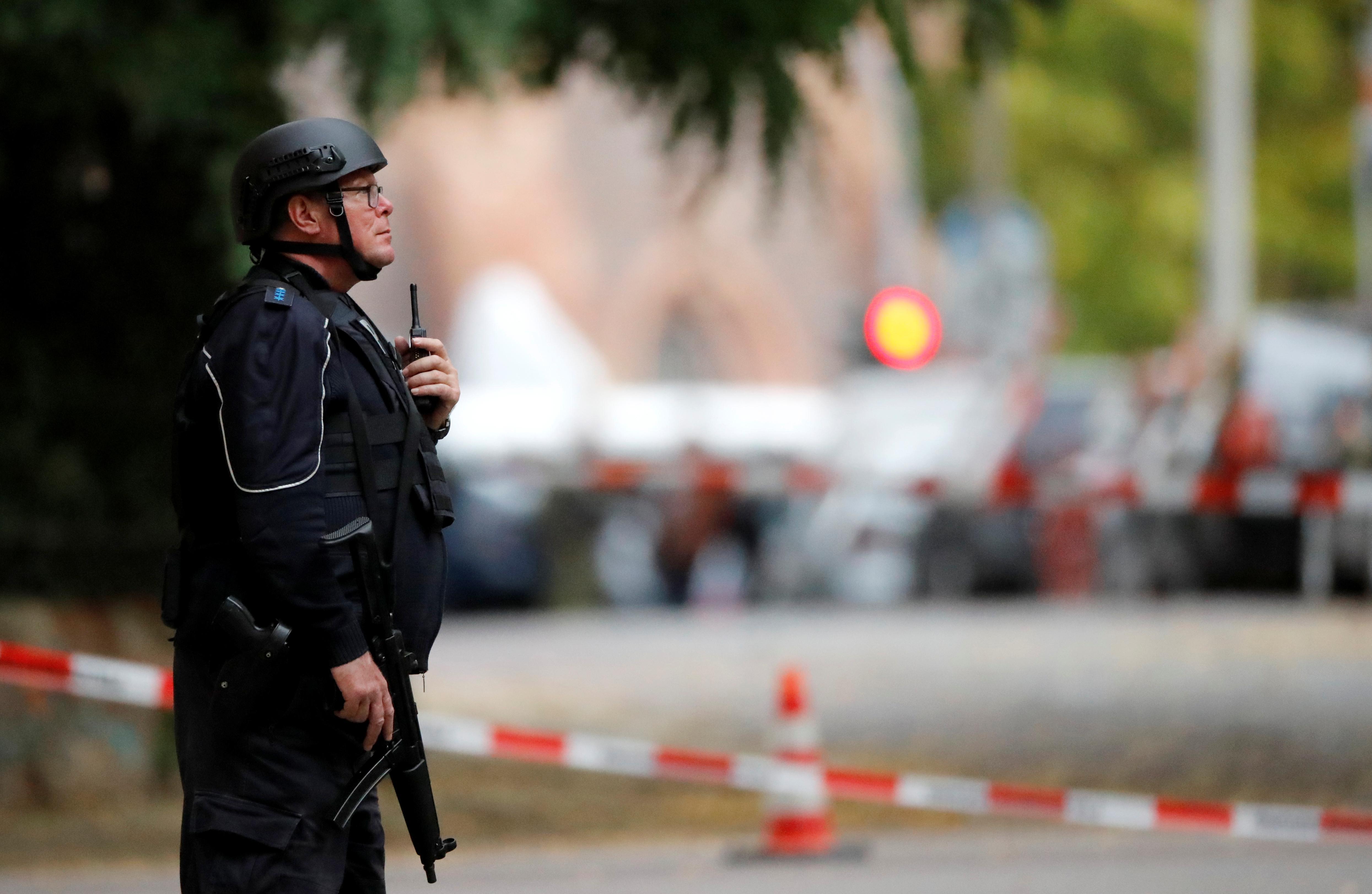 Deux personnes tuées dans une fusillade dans une synagogue en Allemagne, des suspects s'enfuient dans une voiture détournée