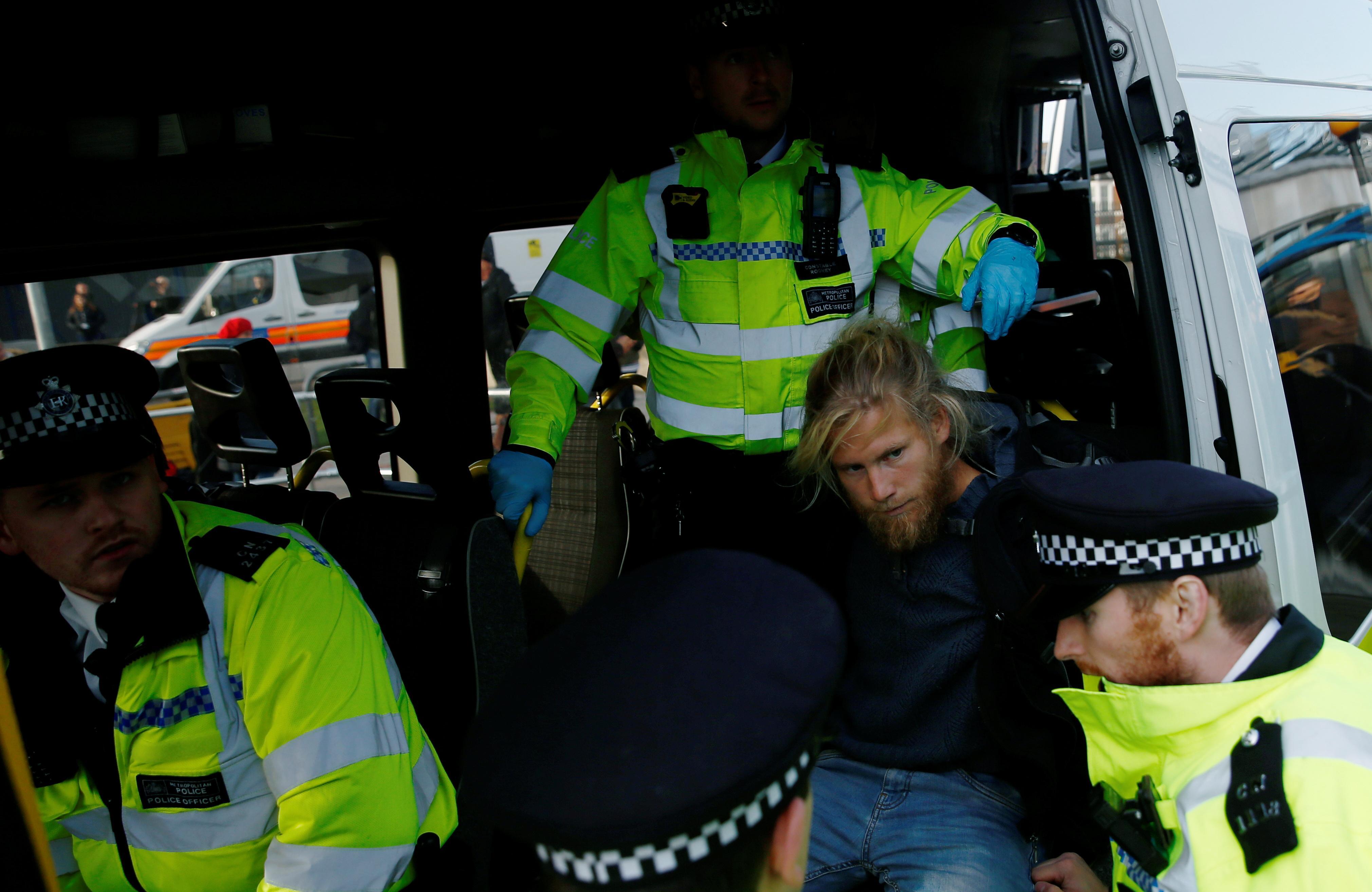 Un manifestant pour le climat est dans l'avion alors que Londres arrête parmi les 1 000 personnes
