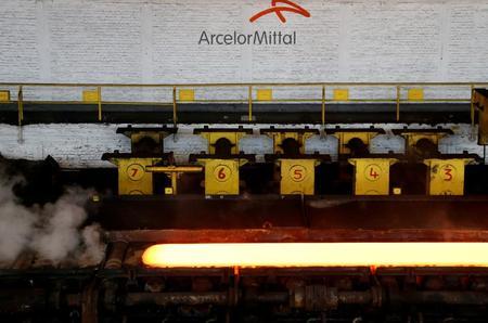 UPDATE 1-ArcelorMittal slips to Q3 net loss, sees U.S. steel downturn, worse in Europe