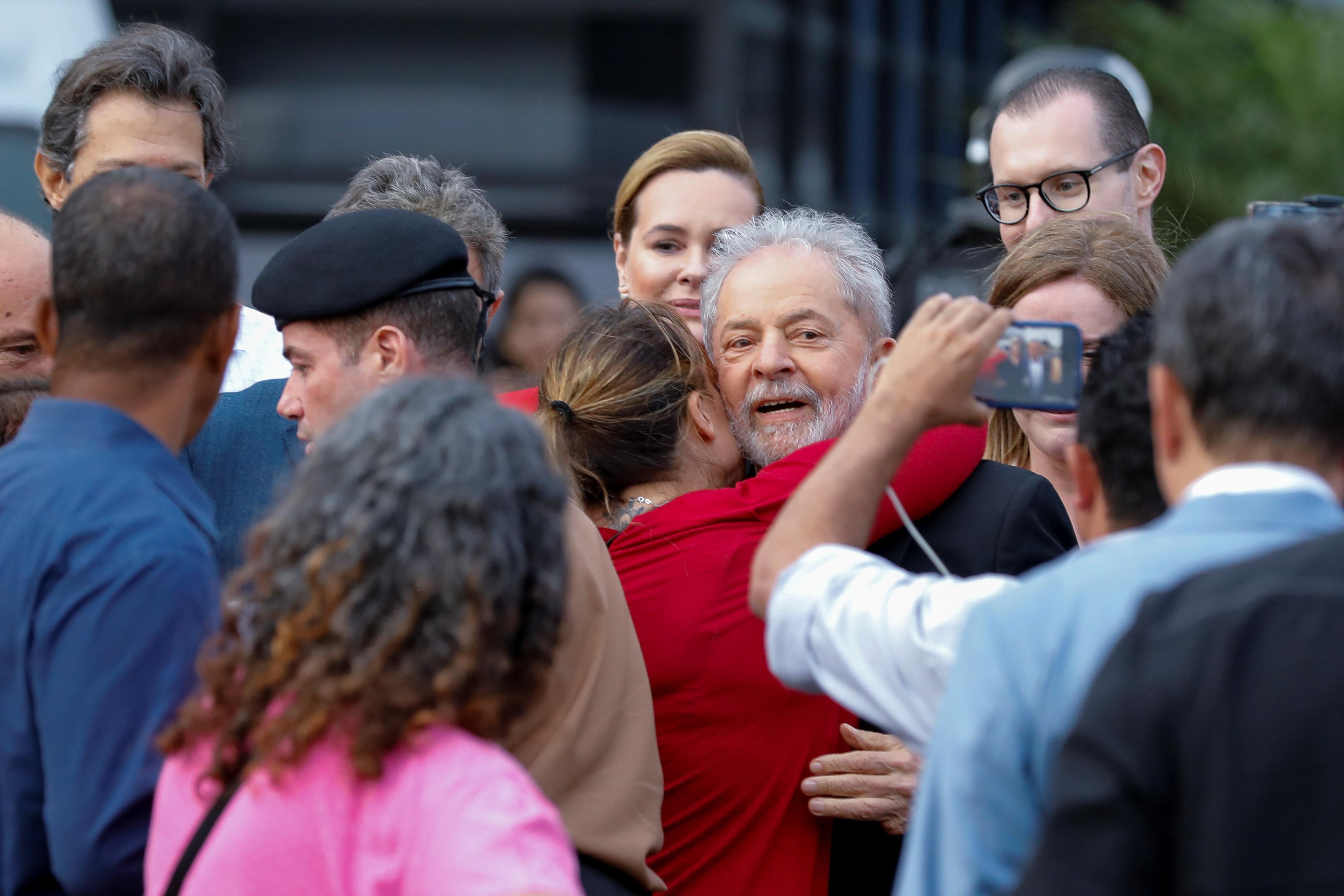 Lula quitte la prison et tire à gauche et à droite sur le Brésil