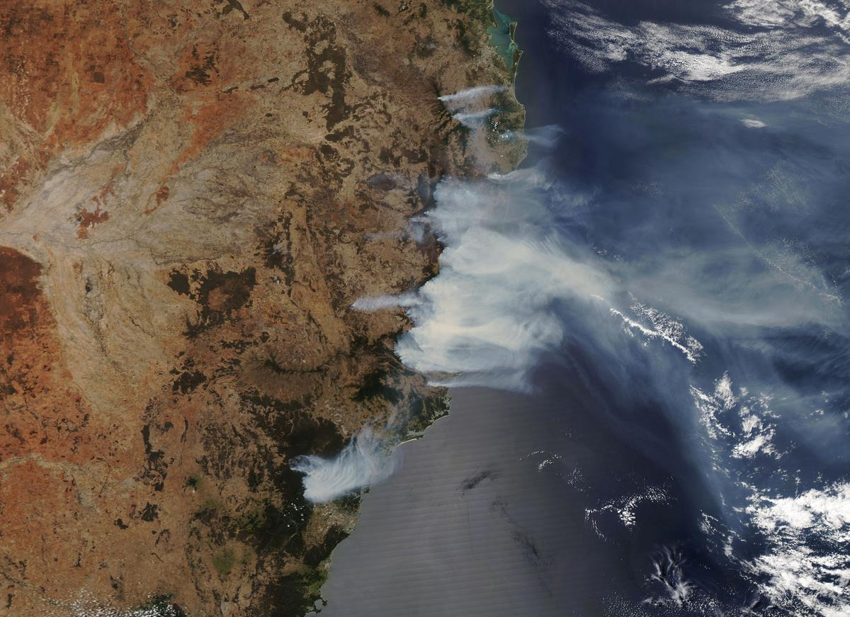Bushfire conditions worsen in east and west Australia