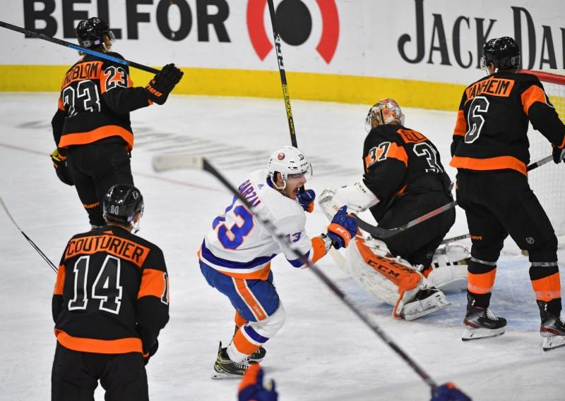NHL roundup: Isles rally past Flyers to keep streak alive