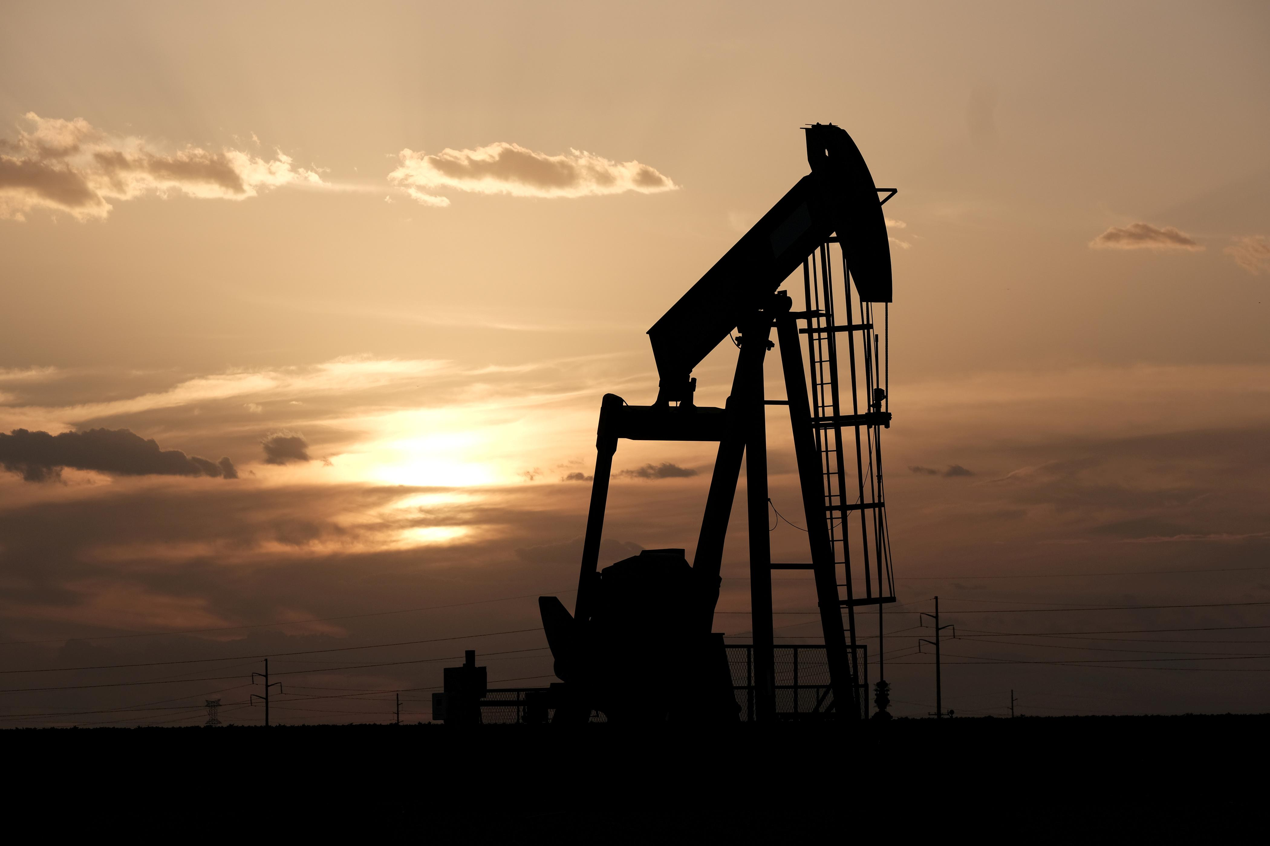 Oil prices fall more than 1% on trade talks uncertainty
