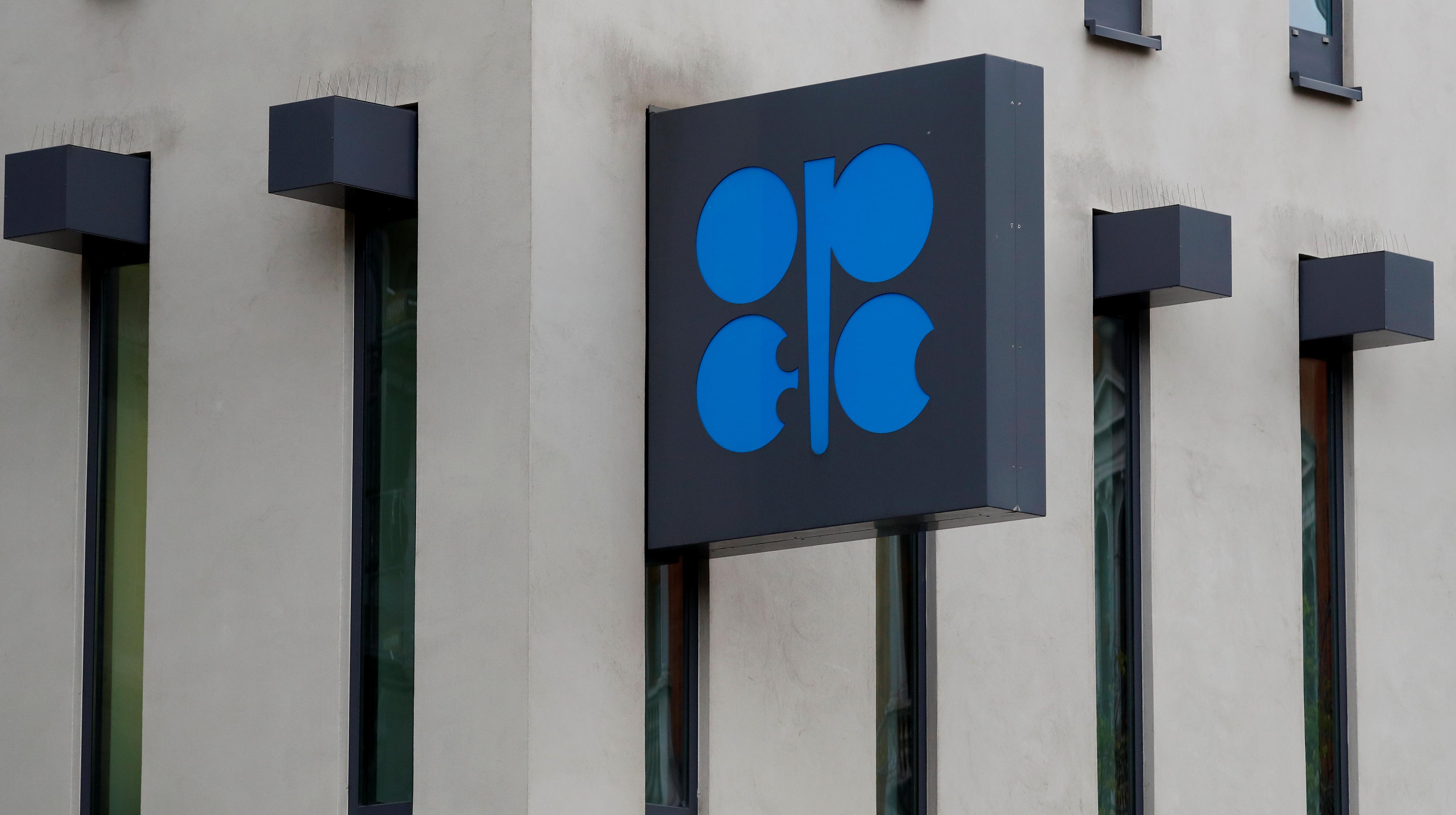 Saudi, Russia push through deeper new oil cuts