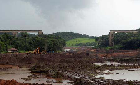 UPDATE 1-Brazil Vale dam near site of January disaster has 'cracks' -TV station