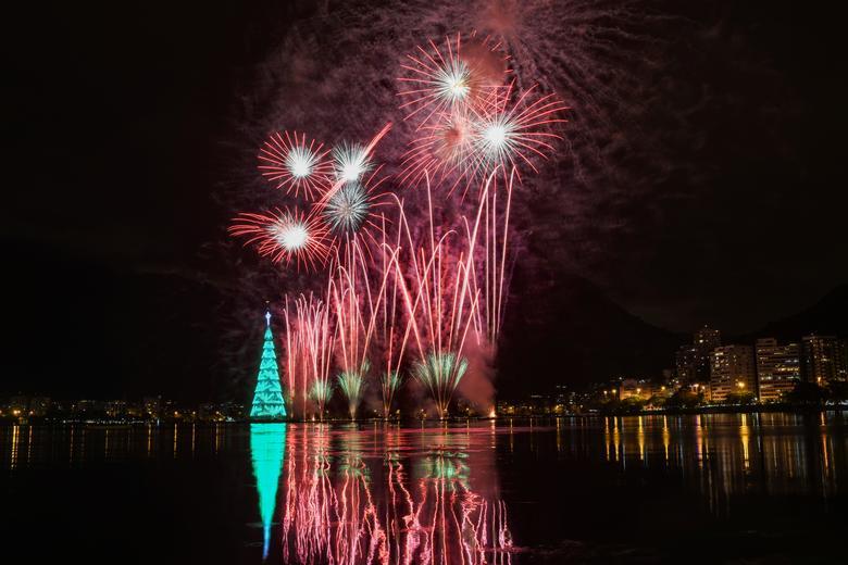 Los fuegos artificiales explotan alrededor del árbol de Navidad de Río durante su ceremonia de iluminación en la laguna Rodrigo de Freitas en Río de Janeiro, Brasil, 14 de diciembre de 2019. REUTERS / Lucas Landau