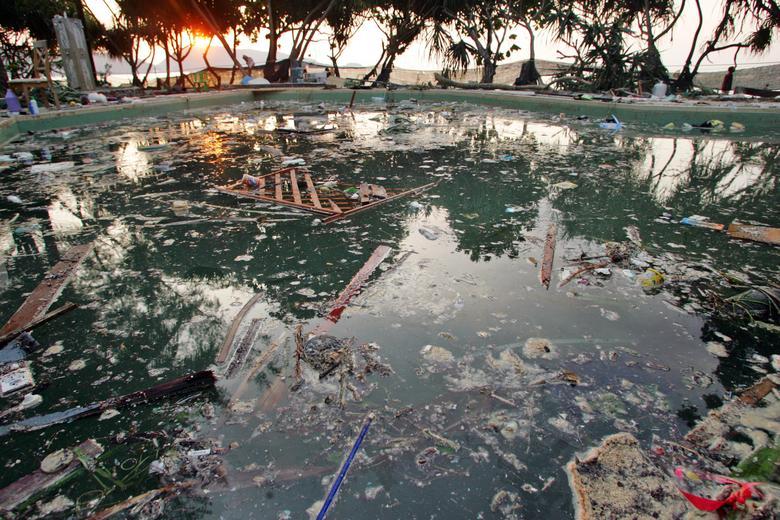 La piscina de un hotel en la playa de Patong en Phuket, Tailandia, queda con la basura después de que la ciudad fue golpeada por un tsunami, el 27 de diciembre de 2004. REUTERS / Bazuki Muhammad