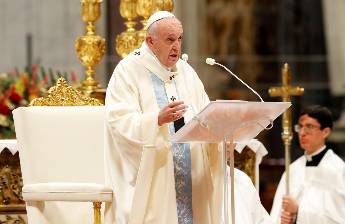"Pope apologizes for ""bad example"" of slapping arm of pilgrim who..."