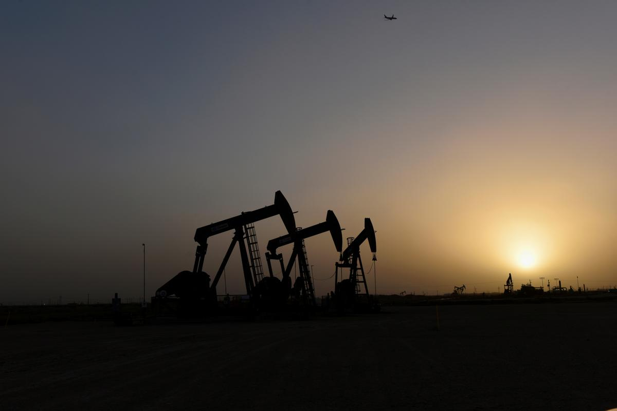 Oil dives as U.S., Iran tensions ease and on U.S. crude build