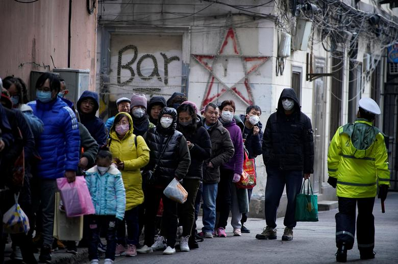 "People line up outside a drugstore to buy masks in Shanghai, China January 24, 2020. The World Health Organization (WHO) has declared the new coronavirus an ""emergency in China"" but stopped short of declaring it of international concern. REUTERS/Aly Song"