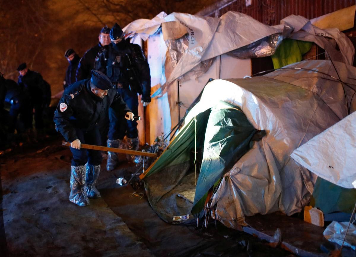 Police clear out migrants from northern Paris site