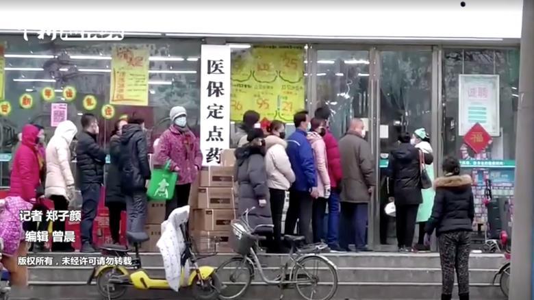 Personas con máscaras hacen cola en una tienda en Wuhan, provincia de Hubei, el 23 de enero. China News Service / vía REUTERS TV