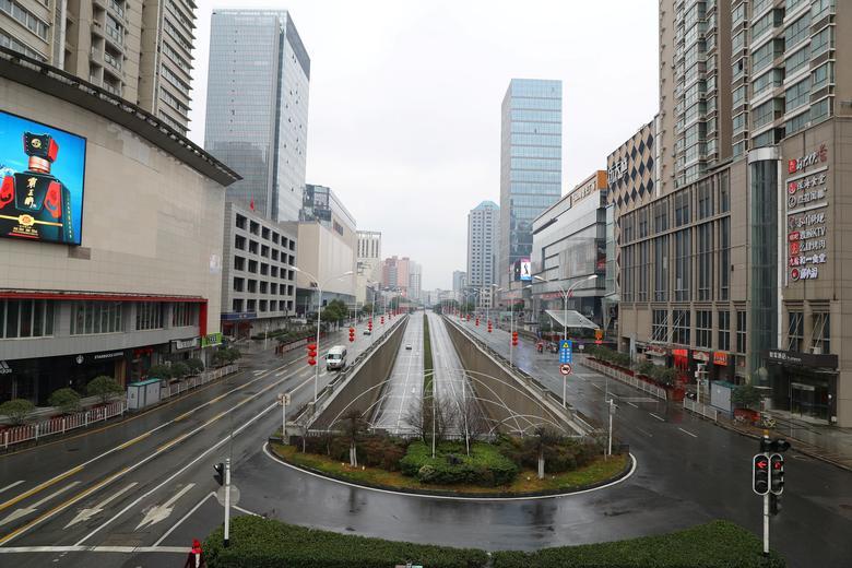 Una vista de la calle después de que el gobierno de Wuhan anunciara la prohibición de vehículos no esenciales en el centro de la ciudad, en el segundo día del Año Nuevo Lunar chino, en Wuhan, provincia de Hubei, el 26 de enero. Cnsphoto vía REUTERS