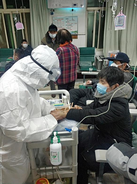 El paciente de 53 años Yang Zhongyi toma gotas en el octavo hospital de Wuhan, en Wuhan, provincia de Hubei, China, el 25 de enero de 2020. Yang es un caso altamente sospechoso del nuevo coronavirus, pero no puede obtener pruebas para confirmar debido a los hospitales locales. 'falta de equipos de prueba o camas, según su hijo Zhang Changchun. REUTERS / Zhang Changchun / Folleto vía Reuters