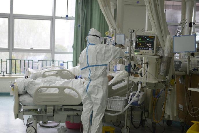 Una imagen publicada por el Hospital Central de Wuhan muestra al personal médico que atiende a un paciente.  EL HOSPITAL CENTRAL DE WUHAN A TRAVÉS DE WEIBO / vía REUTERS