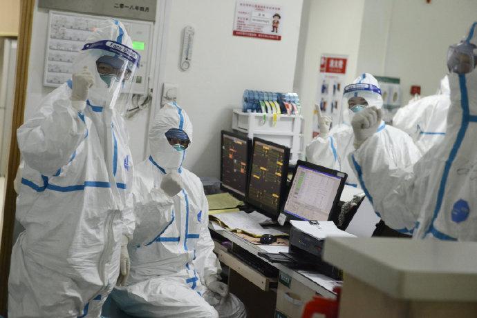 Personal médico que atiende a un paciente en el Hospital Central de Wuhan a través de Weibo en Wuhan, China.  EL HOSPITAL CENTRAL DE WUHAN A TRAVÉS DE WEIBO / vía REUTERS