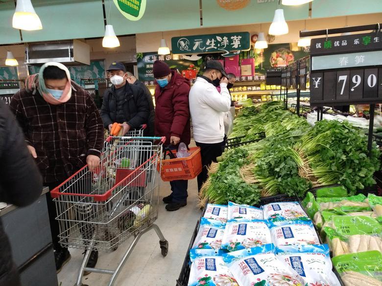 La gente usa máscaras en un supermercado el segundo día del Año Nuevo Lunar chino, en Wuhan, provincia de Hubei, China, 26 de enero de 2020. cnsphoto vía REUTERS