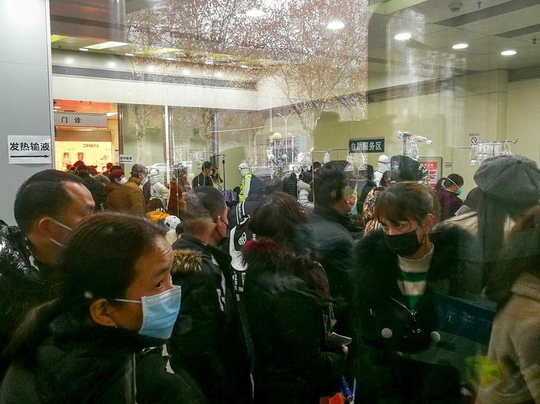 Personas hacen cola para recibir tratamiento en el departamento ambulatorio de fiebre en el Hospital Wuhan Tongji en Wuhan, provincia de Hubei, China, el 22 de enero. Cnsphoto vía REUTERS